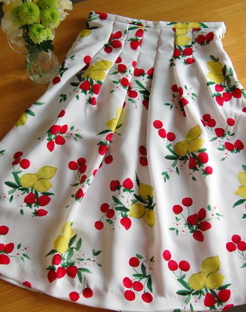 フルーツ柄スカート