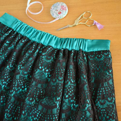 黒レースと緑サテンのスカート