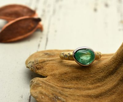 < img src=emerald.jpg alt=エメラルドリング />