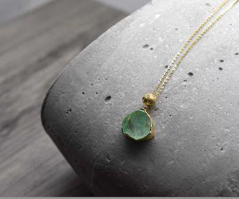 < img src=emerald.jpg alt=エメラルドペンダント />