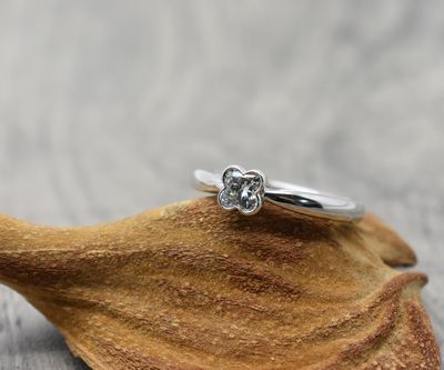 < img src=diamond.jpg alt=ダイヤリング />