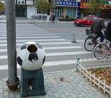 チチハルの街には、サッカーボール型のゴミ箱が