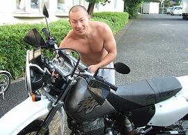 愛車を洗車中の内山朋彦選手