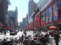 大きなビルやホテル、映画館にデパートなどが立ち並ぶ重慶路