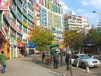 コヤンの中心部にあるファジョン(花井)駅周辺にはお店がいっぱい!