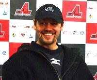 記者会見で笑顔を見せるジェイミー・マクレナン選手