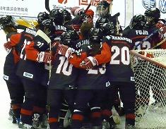 目標のトップディビジョン残留を達成して、喜ぶ女子日本代表の選手たち