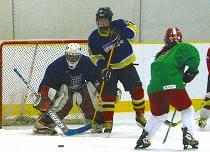男子のシニアとジュニア、さらに女子の選手が練習に汗を流すハルビンアイスホッケーチーム