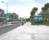 歩道橋を渡って左へ下り、線路沿いの道を直進