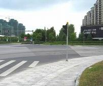 高層マンションがある大きな交差点を右折