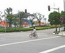 陸上競技場が見える交差点を渡ると松江大学城体育中心に到着