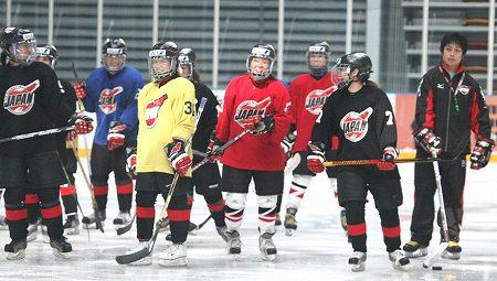五輪予選会場の上海大学生国際氷球館で初めての練習を行なう女子日本代表
