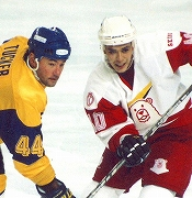 NHLで656試合プレーした実績を誇るタッカー選手とのフェイスオフに挑む藤田選手