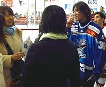 女性ファンに囲まれる菊地尚哉選手
