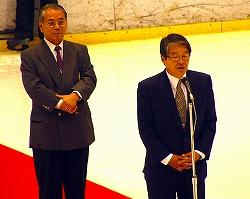 キム・セイル韓国協会専務理事(右)と冨田正一日本連盟会長による開幕宣言