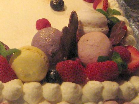 ケーキに飾られたマカロン