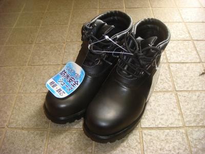 ホームセンターに行ったところ作業用の安全靴を発見。防水で足首まであるし値段も安いしで購入。 ちょっと重いけどぱっと見は普通の靴っぽいし。