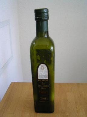 イタリア・トスカーナ産オリーブオイルのボトルに入れる