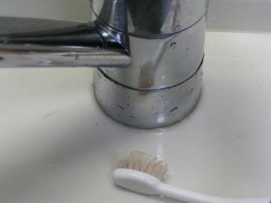 ついでに蛇口周りも古い歯ブラシを使ってお掃除
