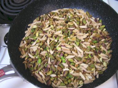 フライパンに生のピスタチオとアーモンドを入れて弱火で炒る
