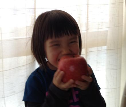 りんこがリンゴを食べてる!?