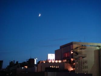 af9a1e5d46ec4 とりあえず、昨夜書こうとしてた文章は置いといて何もないのでマチルダ屋上からの三日月写真を添えて。