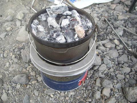 1時間経過し、蓋にも炭を