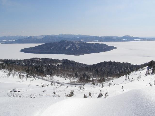 屈斜路湖が前面凍っています。