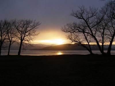 春近し夕日と屈斜路湖