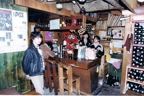 11_喫茶店「聖家族」店内.jpg