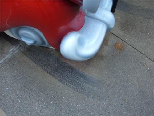 ディズニーの噂・裏技・裏話_ミッキーの家とミート・ミッキーの車タイヤ跡