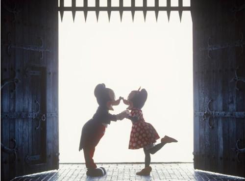 ディズニーの噂・裏技・裏話_ミッキーとミニーの話題になったラブラブな一枚