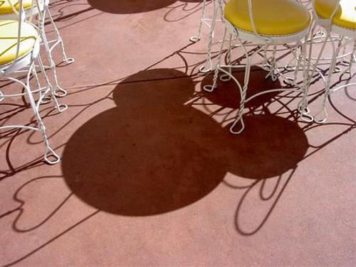 ディズニーの噂・裏技・裏話_テーブルと椅子の影が隠れミッキーに