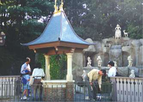 ディズニーの噂・裏技・裏話_東京ディズニーランドにある白雪姫の祈りの井戸で投げ入れられたコインが隠れミッキーに