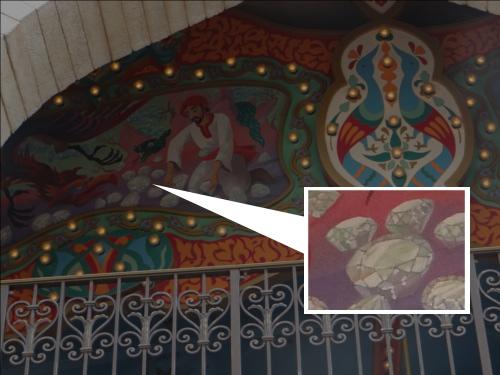 ディズニーの噂・裏技・裏話_キャラバンカルーセルの2階の絵画に隠れミッキー