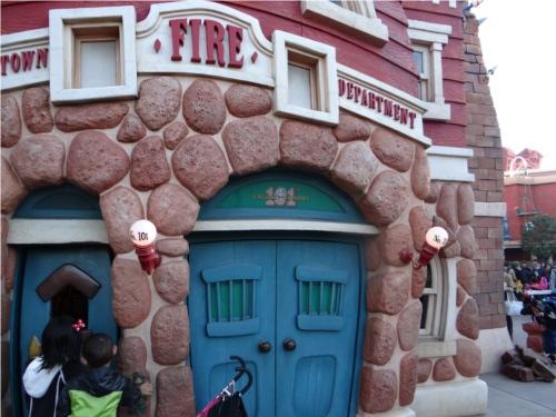 ディズニーの噂・裏技・裏話_ディズニーランドのトゥーンタウンにある消防署に隠れミッキー