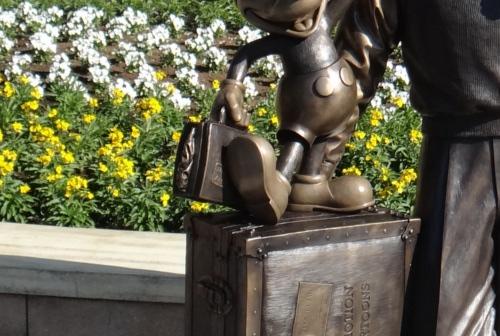 ディズニーの噂・裏技・裏話_ディズニーシーのウォルトとミッキーのブロンズ像に変則的な隠れミッキー