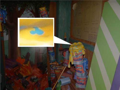 ディズニーの噂・裏技・裏話_「ミッキーの家とミートミッキー」のペンキの缶に隠れミッキーが