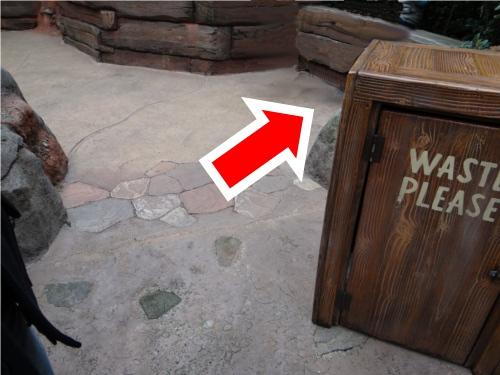 ディズニーの噂・裏技・裏話_クリッターカントリー最奥スペースの床に薄っすらとした隠れミッキー