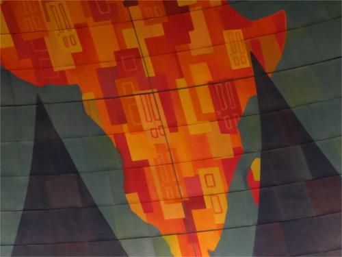 ディズニーの噂・裏技・裏話_「モンスターズ・インク ライド&ゴーシーク!」の待ち列天井の地図に隠れミッキー