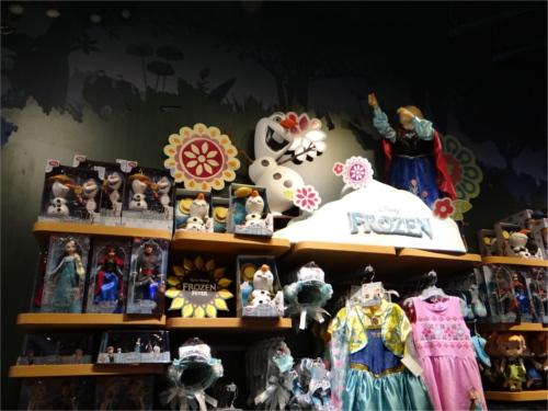 ディズニーの噂・裏技・裏話_ハワイ最大のショッピングモール「アラモアナ・センター」のディズニーストアをウォッチ