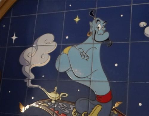 ディズニーの噂・裏技・裏話_「ジャスミンのフライングカーペット」の待ち列にあるジーニーの壁画に隠れミッキー