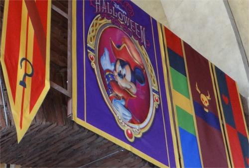 ディズニーのトリビア・裏話_ディズニーシーの垂れ幕(ミッキー&フック船長)