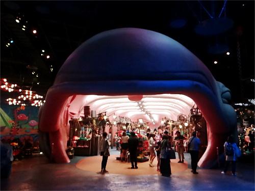 ディズニーのトリビア・裏話・雑学_「スリーピーホエール・ショップ」に特定の角度からしか見られない隠れミッキーが