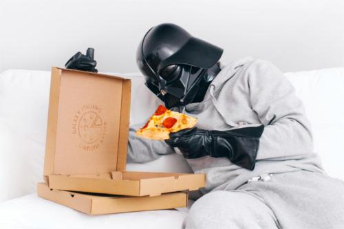 ピザを食べるダース・ベイダー