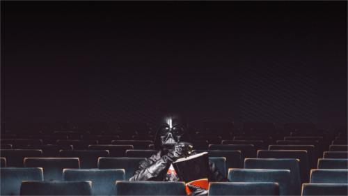 映画を観るダース・ベイダー