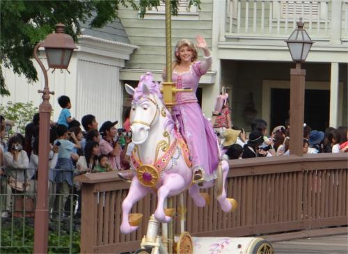 ディズニーランドでパレードデビューしたラプンツェル