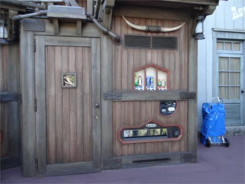 ディズニーランドで自動販売機(自販機)がある場所と設置された2つの理由_3