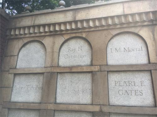 ホーンテッドマンションの出口の墓に遊び言葉!?