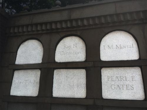 ホーンテッドマンションの出口の墓に遊び言葉_2